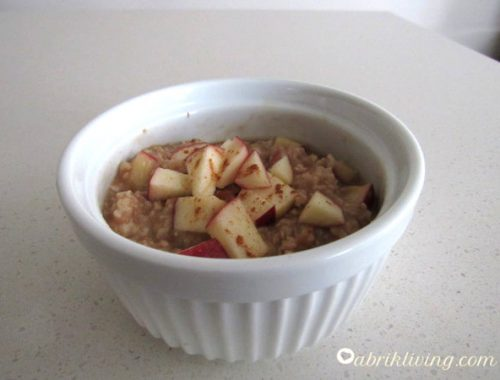 10-Minute Apple Cinnamon Oatmeal - Warms you up on those cold mornings and gets you ready for the day! | abrikliving.com